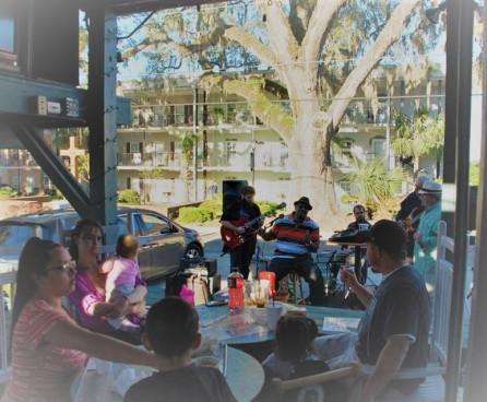outdoor restaurant crowd